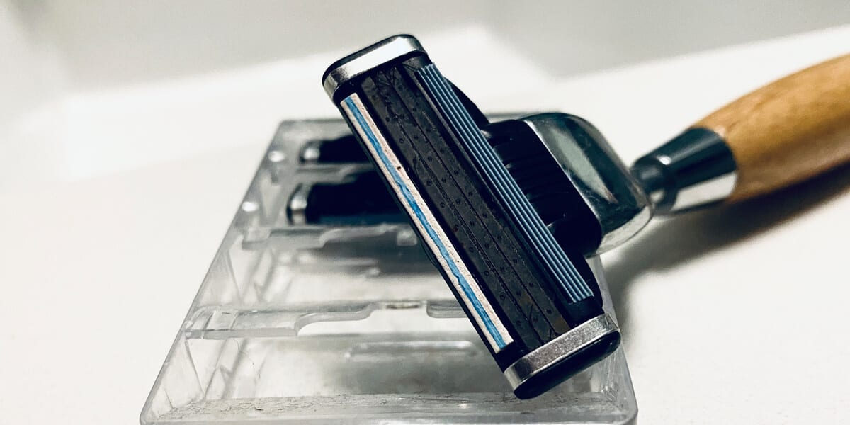 bamboo safety razor on razor blade cartridge